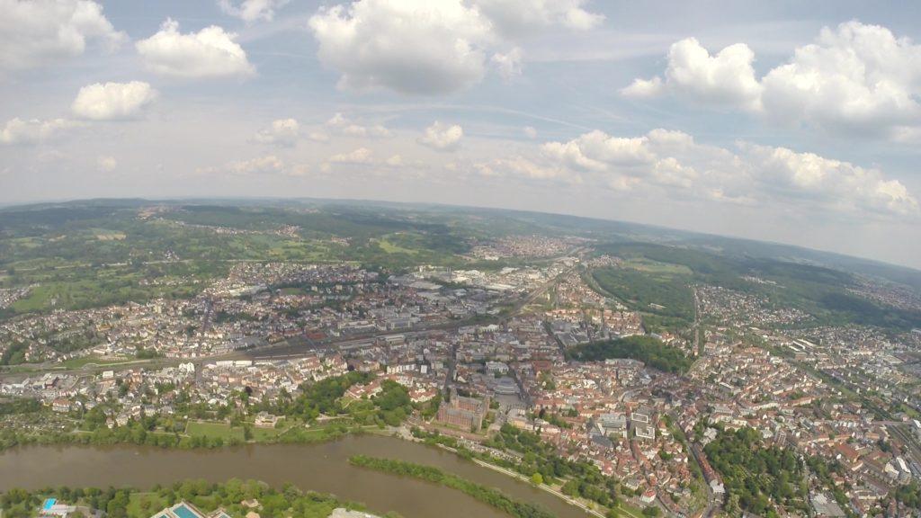 Flüg über der Stadt Aschaffenburg